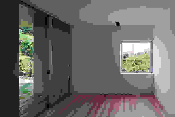 西向きの家 モダンデザインの 多目的室 の takasago architects モダン