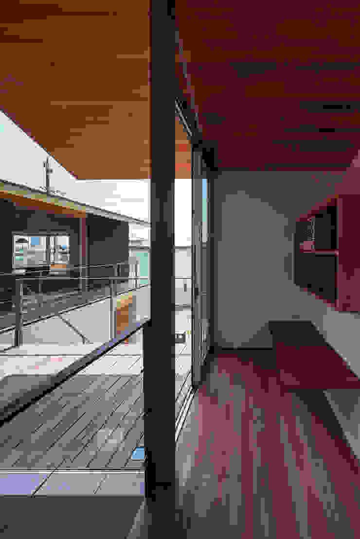 西向きの家 モダンデザインの テラス の takasago architects モダン