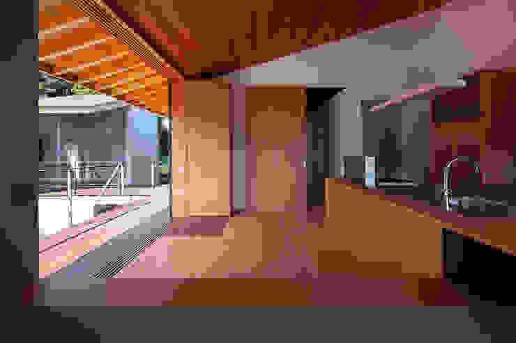 西向きの家 モダンな キッチン の takasago architects モダン