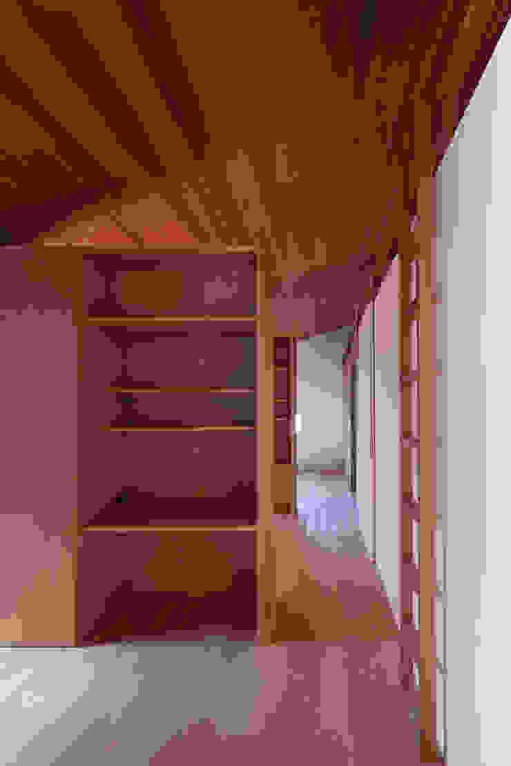 西向きの家 モダンスタイルの寝室 の takasago architects モダン