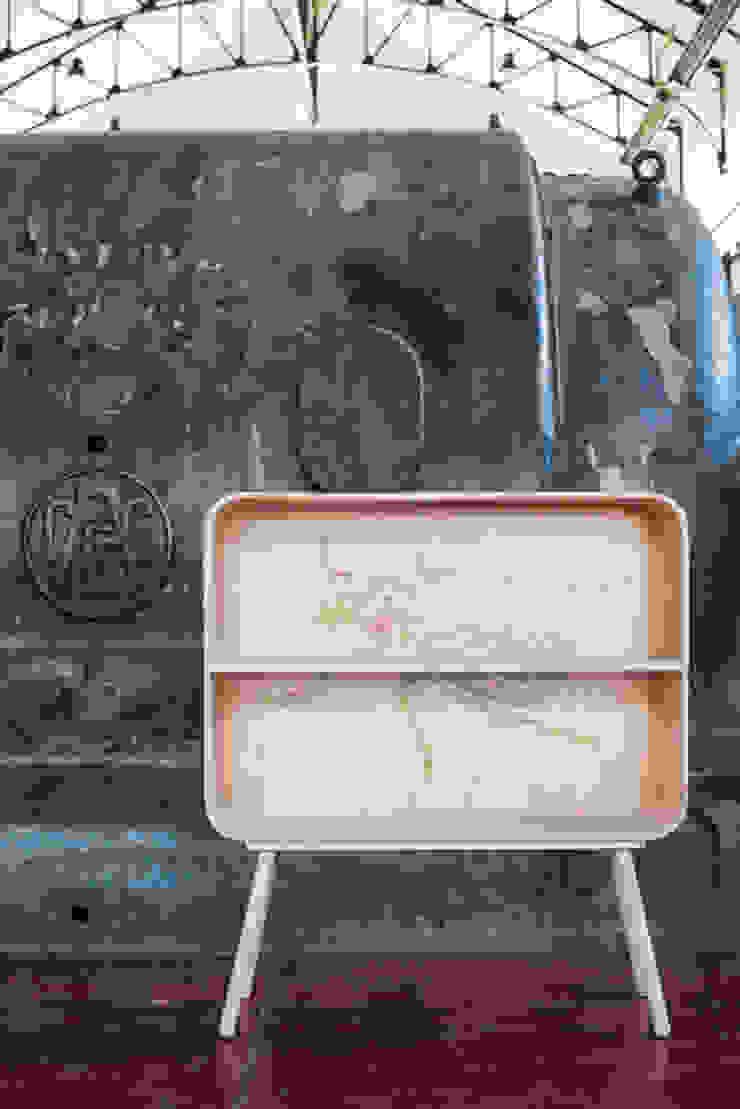 tonton television scarabee: modern  door eva craenhals, Modern