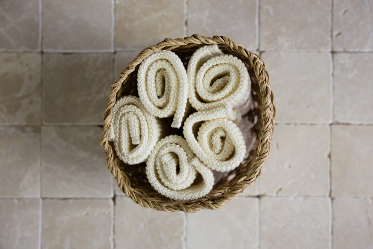 Linen Washcloths in Macrame Basket de Oggetto Moderno