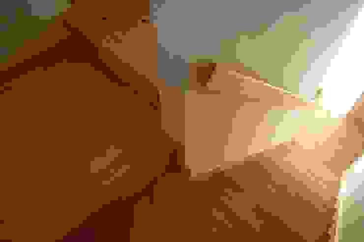 石井設計事務所/Ishii Design Office Azjatycki korytarz, przedpokój i schody Drewno Biały