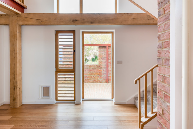 slatted timber screen to front hall Modern Corridor, Hallway and Staircase by A-ZERO architects Modern