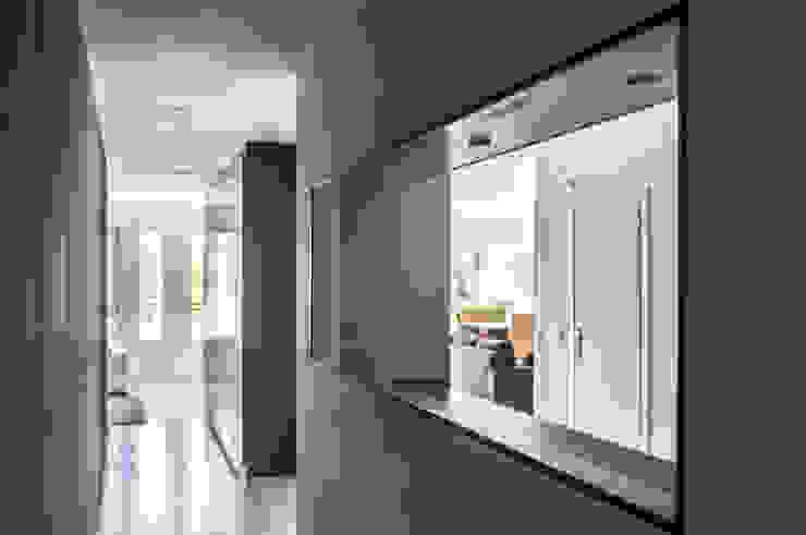 Corridor & hallway by estudio551, Modern