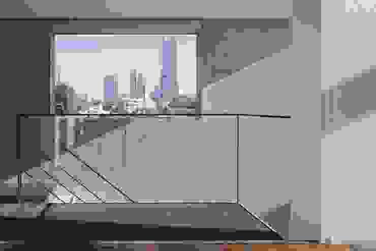エントランス: オザワデザイン一級建築士事務所が手掛けたミニマリストです。,ミニマル