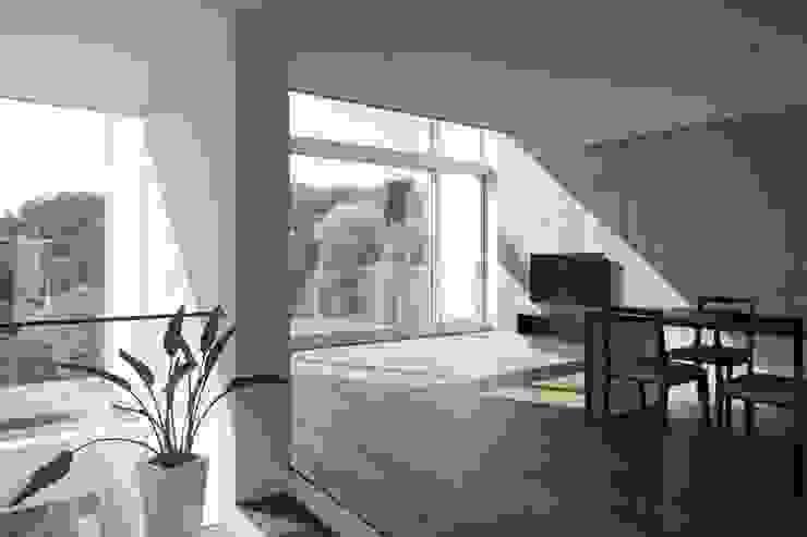 リビング: オザワデザイン一級建築士事務所が手掛けたミニマリストです。,ミニマル