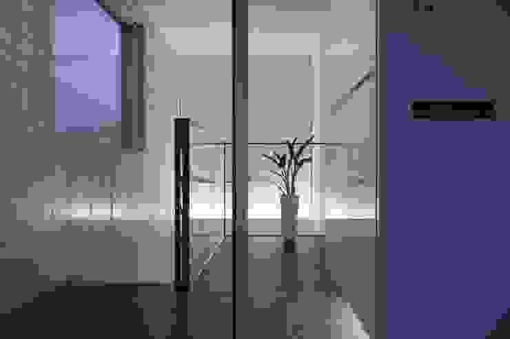 エントランス(2): オザワデザイン一級建築士事務所が手掛けたミニマリストです。,ミニマル