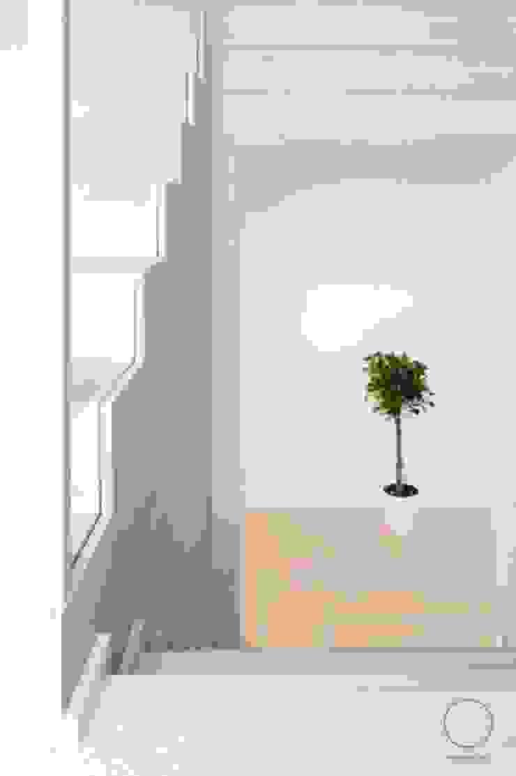 Dom na Mazurach Nowoczesny korytarz, przedpokój i schody od OIKOI Nowoczesny