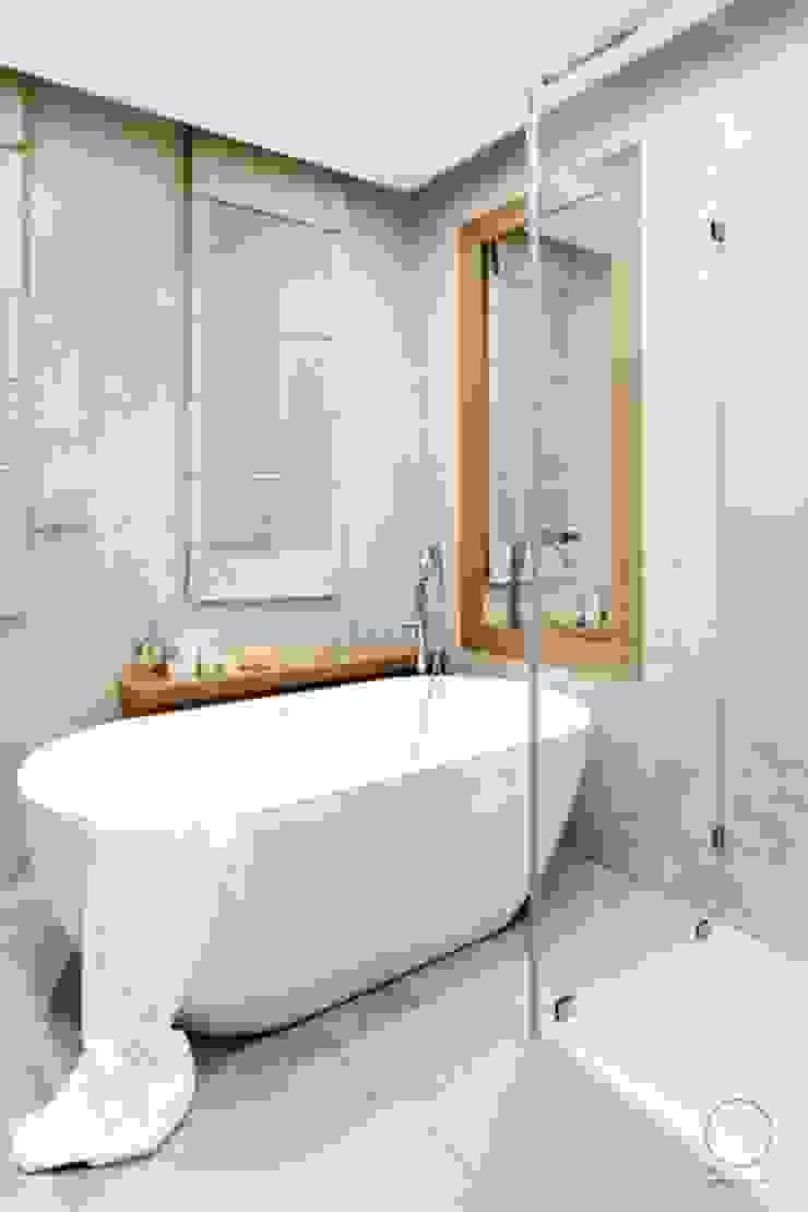 Dom na Mazurach Nowoczesna łazienka od OIKOI Nowoczesny