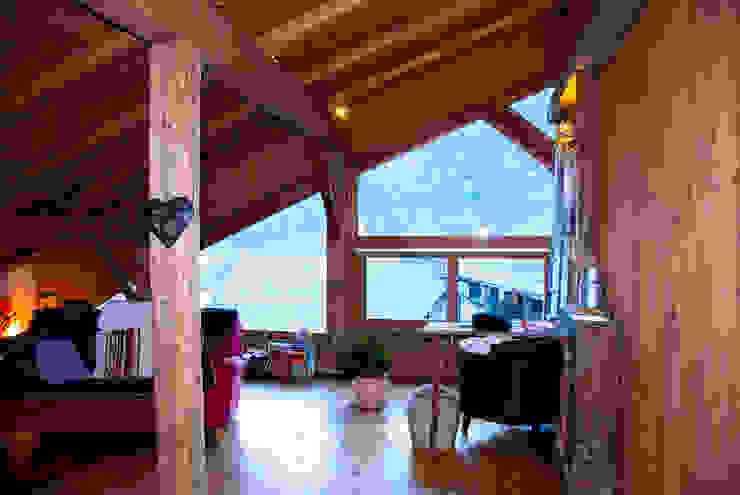 un appartement dans une grange sur trois niveaux, en Savoie Salon rural par atelier choron pellicier Rural