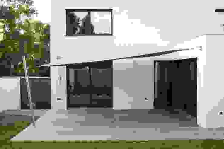 Das Haus, das aus der Reihe tanzt Minimalistische Häuser von Ivo Nikolov Architekt Minimalistisch