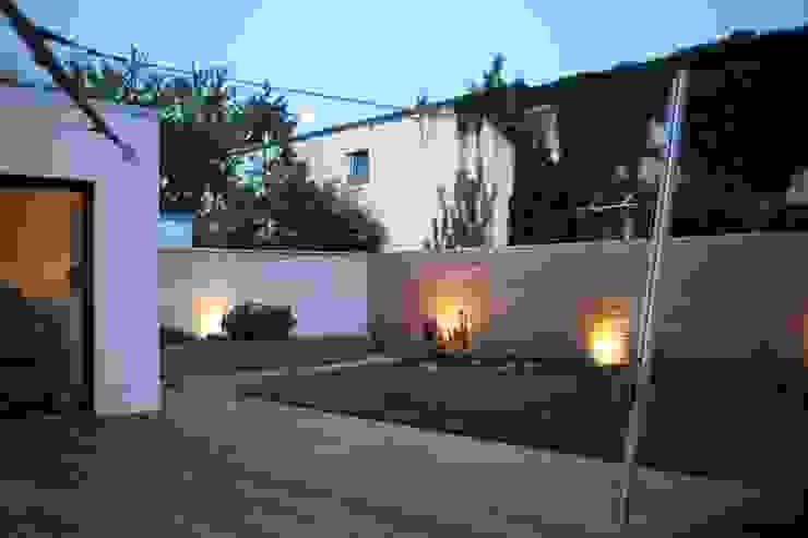 Das Haus, das aus der Reihe tanzt Ivo Nikolov Architekt Minimalistischer Garten