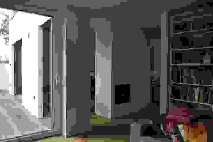Das Haus, das aus der Reihe tanzt Minimalistische Wohnzimmer von Ivo Nikolov Architekt Minimalistisch