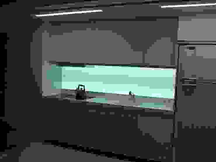 APP   Cozinha por Kali Arquitetura Moderno