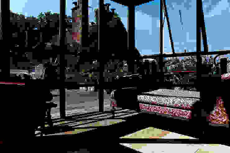 surélévation vitrée sur le toît Balcon, Veranda & Terrasse modernes par Capucine de Cointet architecte Moderne