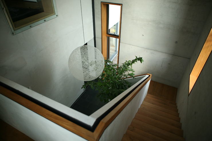 Umbau und Erweiterung eines Mehrfamilienhauses Architekturbüro Kirchmair + Meierhofer Minimalistischer Flur, Diele & Treppenhaus