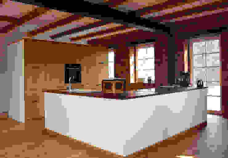 Küche im umgebauten Bauernhaus von Tischlerei Fuhrmann Landhaus