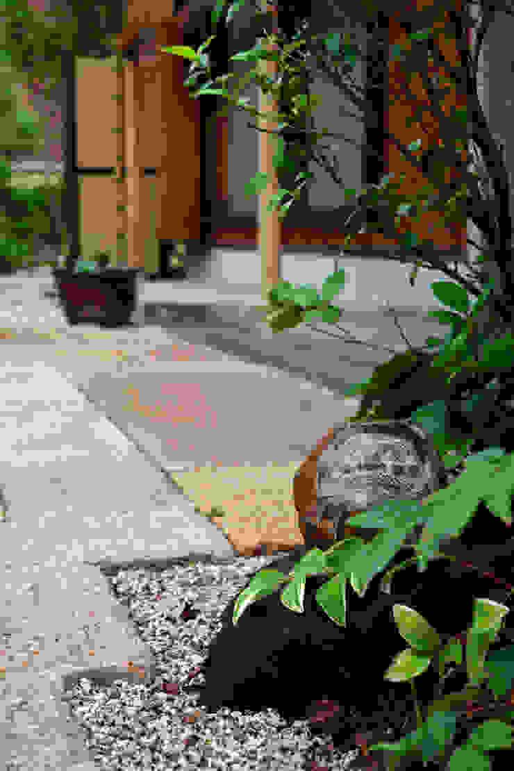 Jardines de estilo ecléctico de にわいろSTYLE Ecléctico
