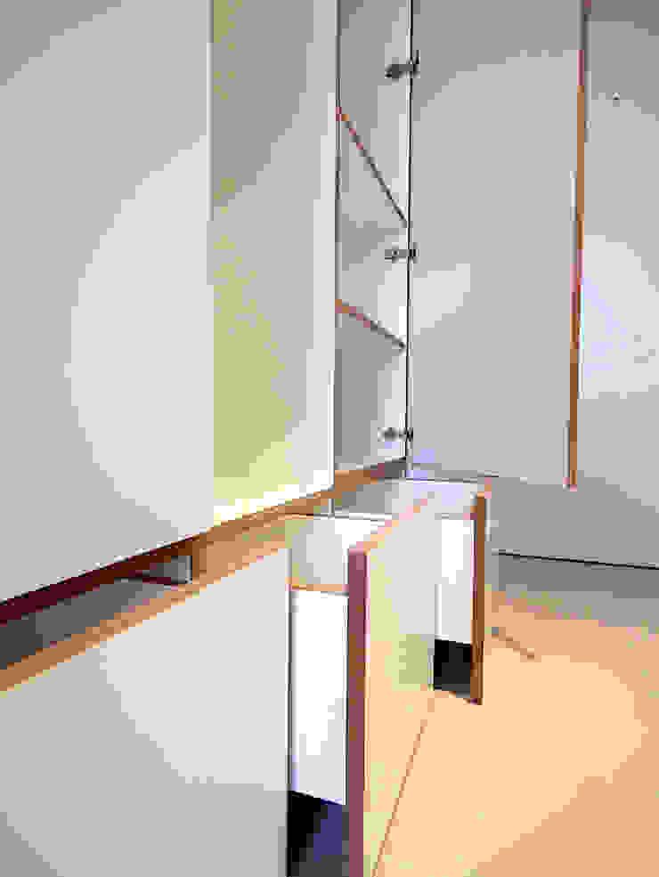van risk Pasillos, vestíbulos y escaleras de estilo moderno