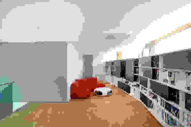Nowoczesny pokój multimedialny od STEINMETZDEMEYER architectes urbanistes Nowoczesny