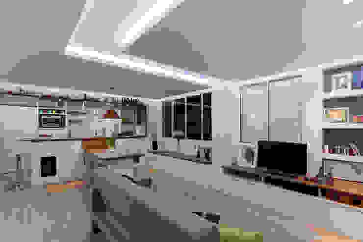 غرفة المعيشة تنفيذ Raphael Civille Arquitetura