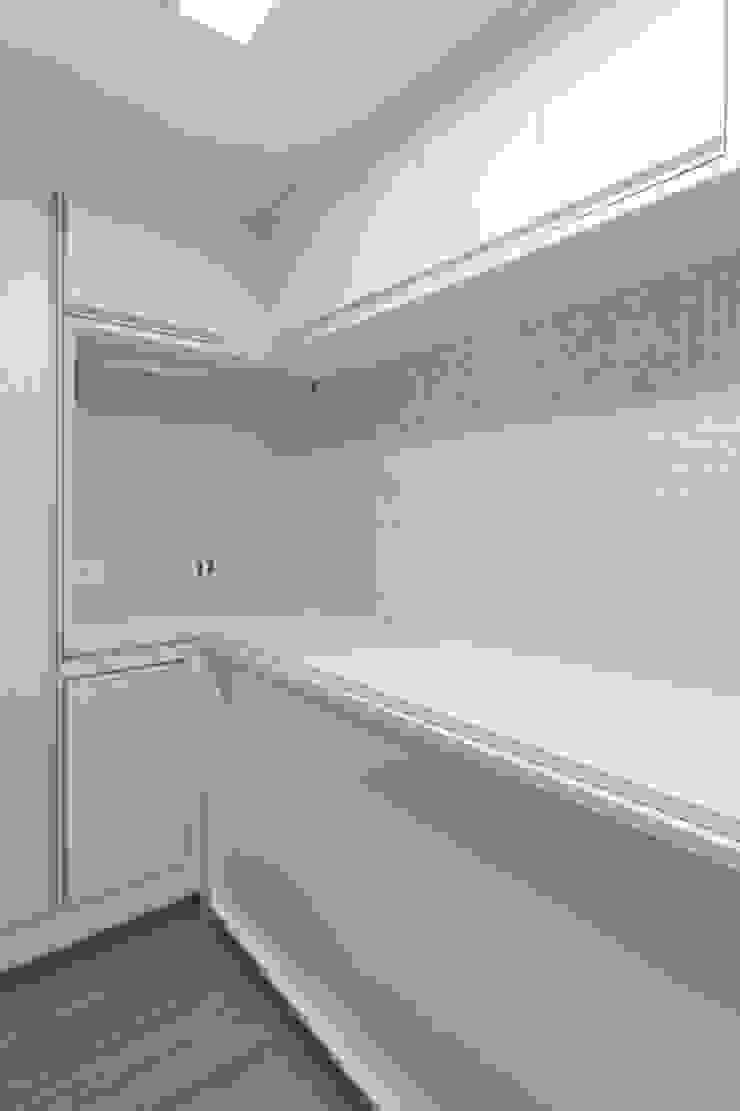 Raphael Civille Arquitetura Minimalist garage/shed