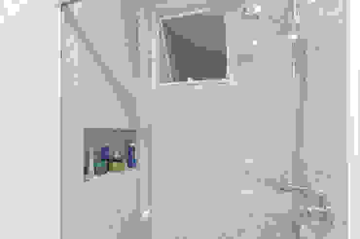 Raphael Civille Arquitetura Minimalist style bathroom