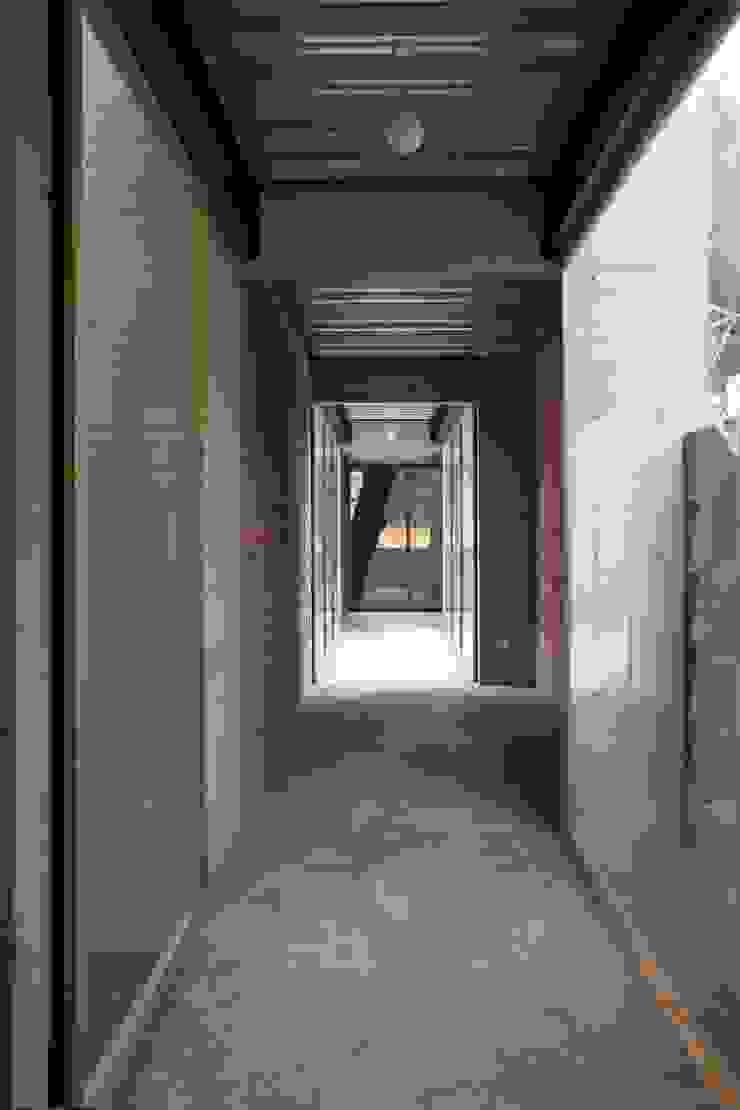 Pasillo que conecta a estudio. Pasillos, vestíbulos y escaleras modernos de ludens Moderno