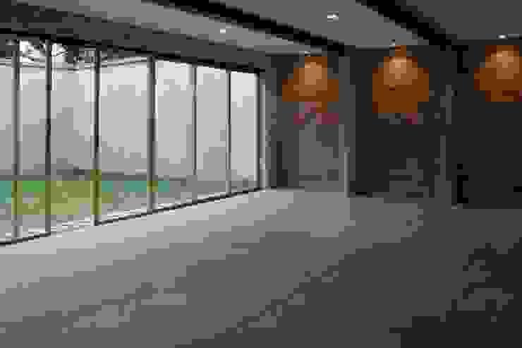 Sala / Comedor, con vista a jardín trasero. Comedores modernos de ludens Moderno