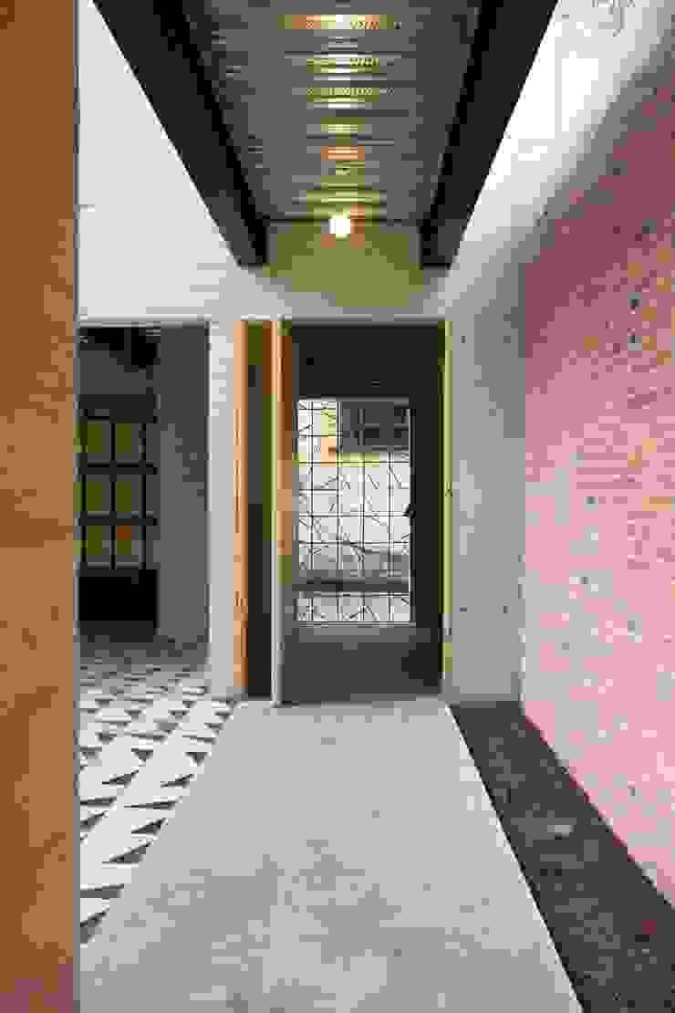 Acceso Principal Pasillos, vestíbulos y escaleras modernos de ludens Moderno