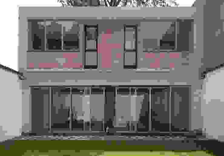Fachada trasera Casas modernas de ludens Moderno