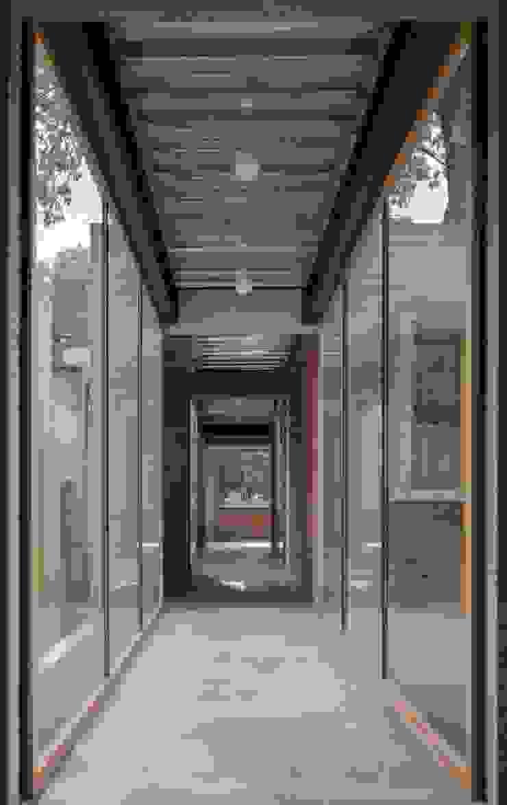 Pasillo que conecta a habitaciones. Pasillos, vestíbulos y escaleras modernos de ludens Moderno