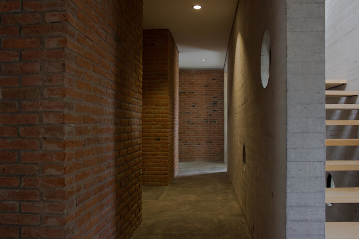 Casa Fresnos Paredes y pisos de estilo moderno de ludens Moderno
