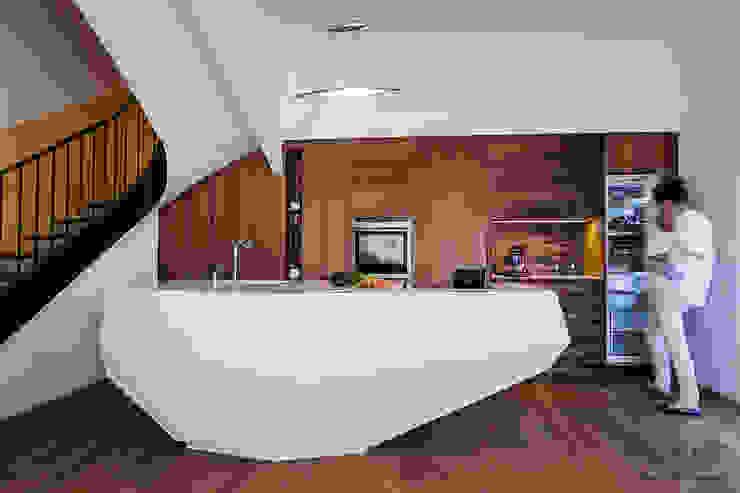 Cuisine en Corian LG HIMacs et noyer par SARL Felix Hegenbart Moderne