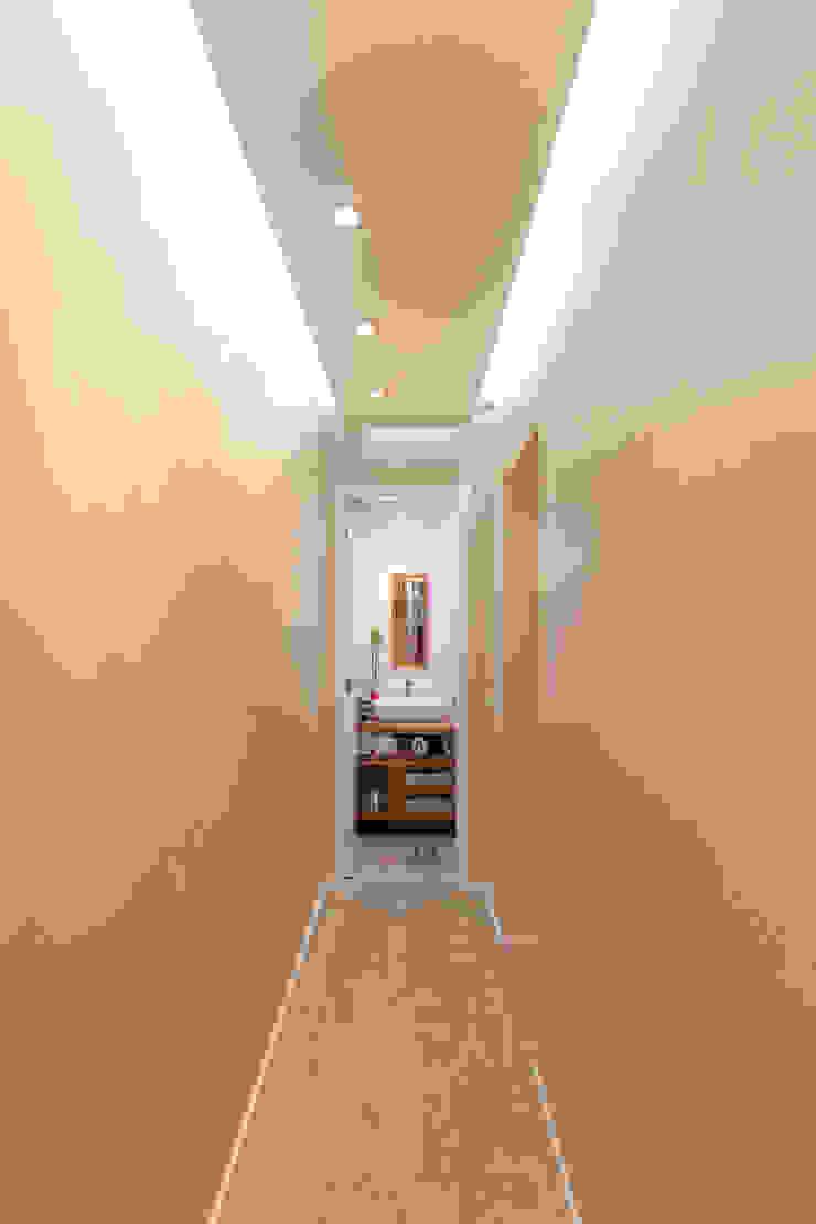 Apartamento Parque Butantã – 50m² Corredores, halls e escadas minimalistas por Raphael Civille Arquitetura Minimalista