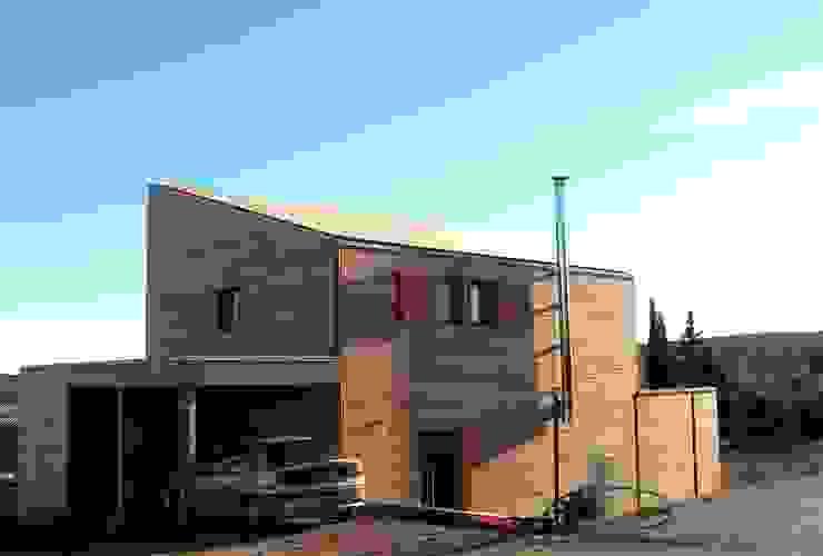 Une maison bois simple et authentique Maisons modernes par casa architectes Moderne