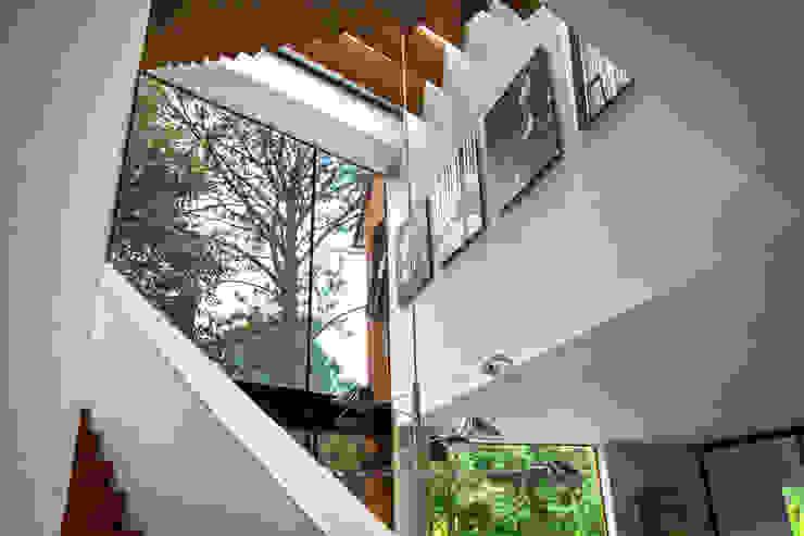 Casa Avandaro Pasillos, vestíbulos y escaleras modernos de Concepto Taller de Arquitectura Moderno