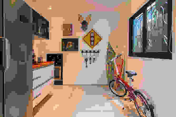 Cucina in stile tropicale di Marcos Contrera Arquitetura & Interiores Tropicale