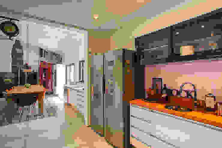 Marcos Contrera Arquitetura & Interiores Tropical corridor, hallway & stairs
