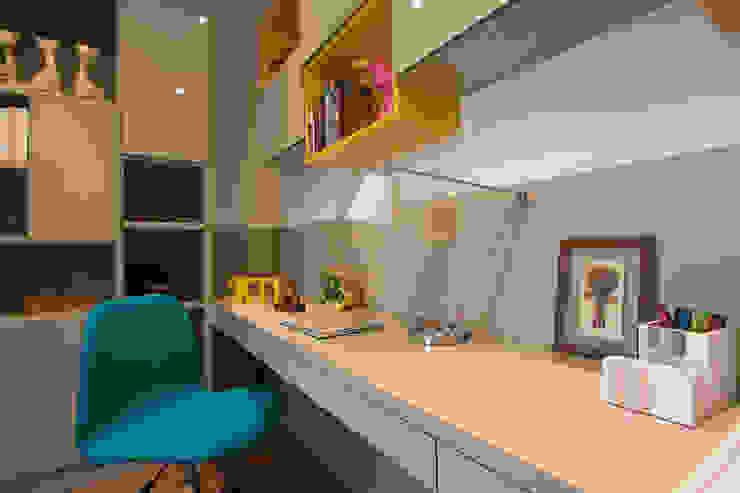 Studio in stile tropicale di Marcos Contrera Arquitetura & Interiores Tropicale