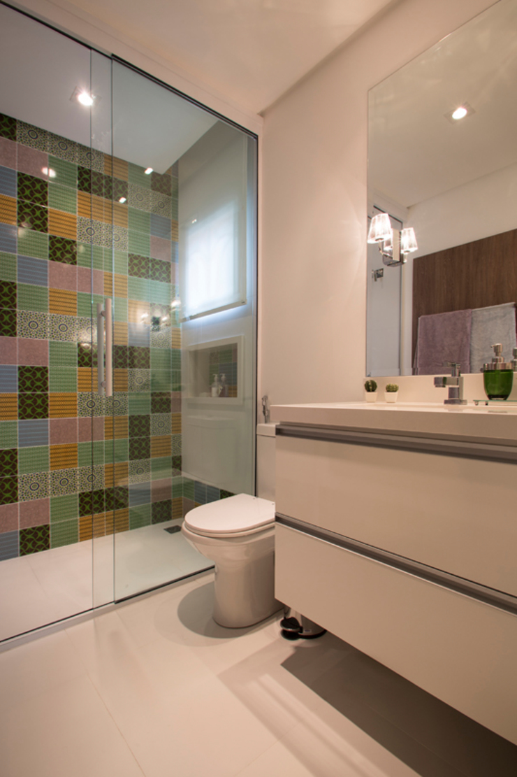 Tropical style bathrooms by Marcos Contrera Arquitetura & Interiores Tropical