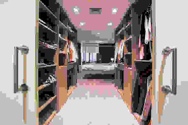 Modern dressing room by Estatiba construcción, decoración y reformas en Ibiza y Valencia Modern