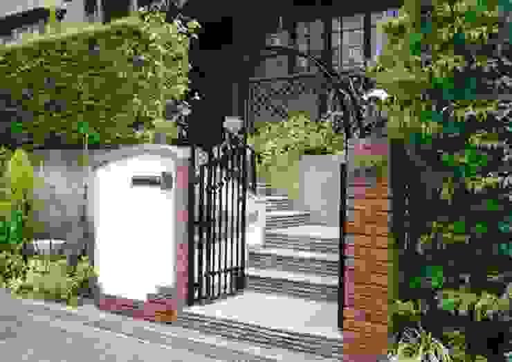 レンガ積みとジョリパット塗りの門柱 カントリーな 庭 の アーテック・にしかわ/アーテック一級建築士事務所 カントリー