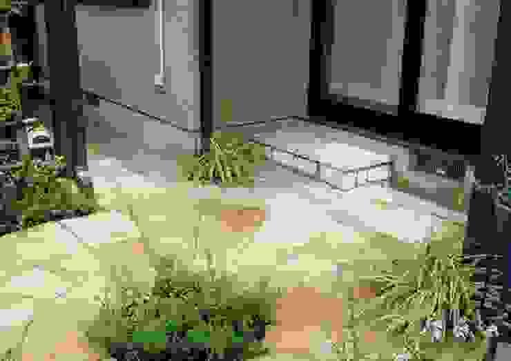 ウッドデッキ跡は砂岩サークル カントリーな 庭 の アーテック・にしかわ/アーテック一級建築士事務所 カントリー