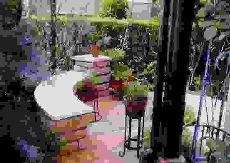 サークルを基調とした石のベンチ カントリーな 庭 の アーテック・にしかわ/アーテック一級建築士事務所 カントリー