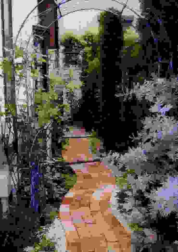 サイドガーデン(南から北) カントリーな 庭 の アーテック・にしかわ/アーテック一級建築士事務所 カントリー