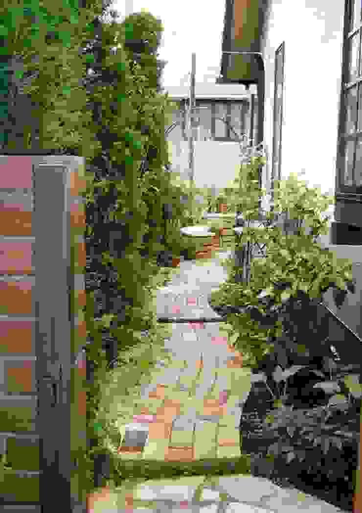 サイドガーデン(北から南) カントリーな 庭 の アーテック・にしかわ/アーテック一級建築士事務所 カントリー