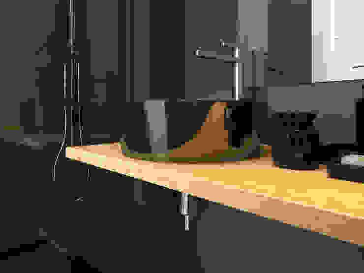 studio parisien Salle de bain moderne par Agence KP Moderne Bois Effet bois