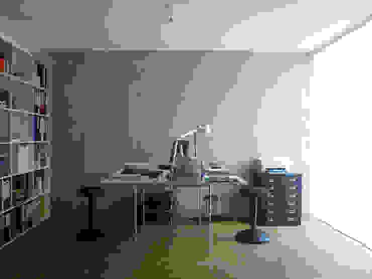 Büro Minimalistischer Multimedia-Raum von wilhelm und hovenbitzer und partner Minimalistisch